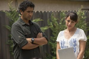 Cliff Curtis and Elizabeth Rodriguez in Fear the Walking Dea