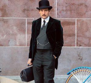 Clive Owen posing as Dr. John W. Thackery