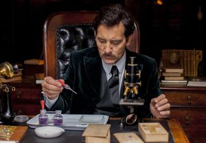 Clive Owen experimenting as  Doctor John W. Thackery