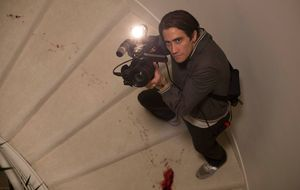 Jake Gyllenhaal on the bloody stairs filming - Nightcrawler
