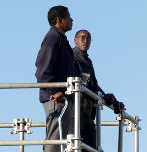 Don Cheadle and Denzel Washington have chat in Flight