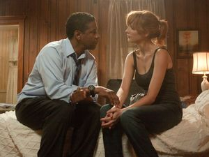 Denzel Washington and Kelly Reilly having a moment in Flight