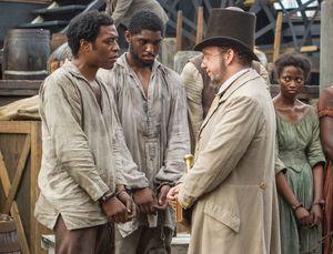 Paul Giamatti as Freeman having a talk with slave Solomon No