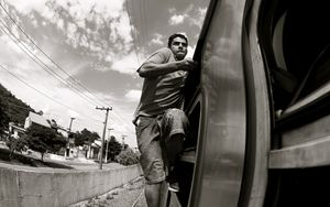 Surfing on train - Pixadores