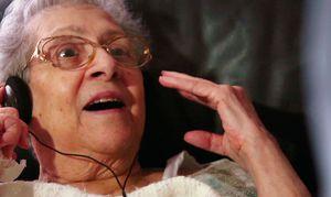 Bringing mp3-players into nursing homes - Alive Inside