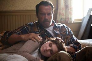 Arnold Schwarzenegger comforts Abigail Breslin in 'Maggie'