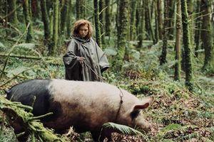 Full photo Léa Seydoux and pig