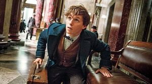 Eddie Redmayne as Newt Scamander close, 1926