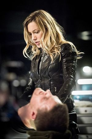Black Canary helping injured Green Arrow