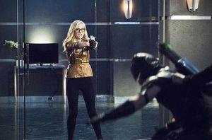 Bri Larvin holding Green Arrow at gunpoint
