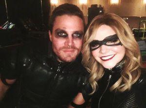 Green Arrow and fake Black Canary on set