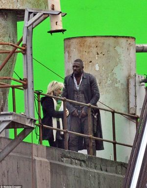 Our first look at Idris Elba as the Gunslinger in Stephen Ki