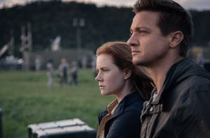 Amy Adams and Jeremy Renner in